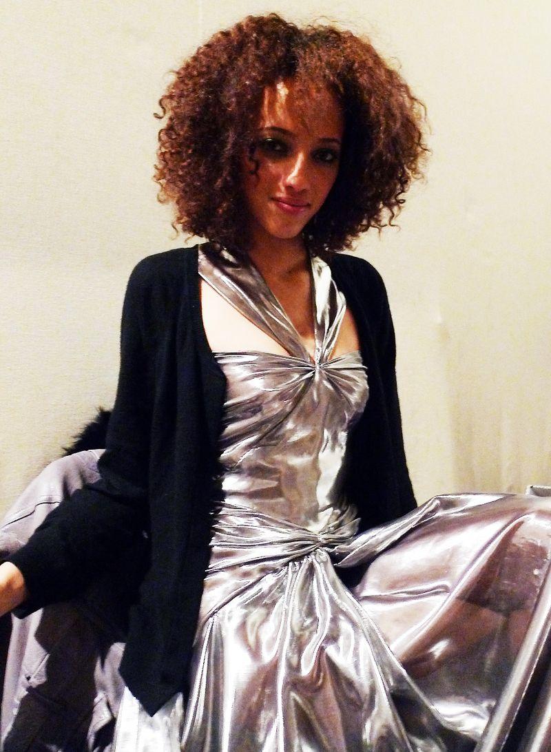 25_Caroline-Seikaly_backstage4